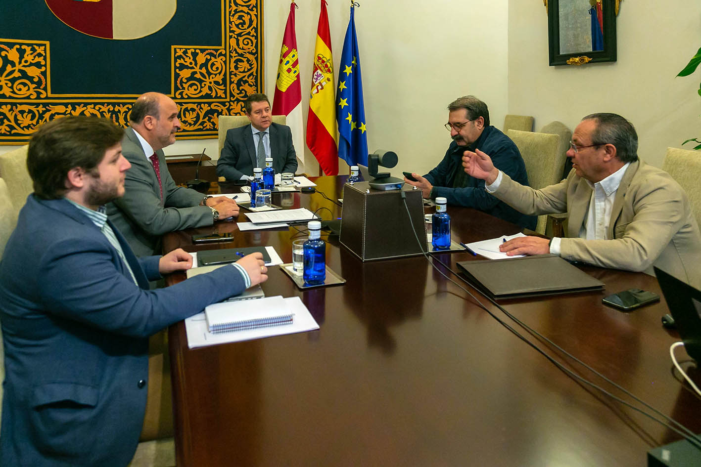 El Gobierno de CLM durante la videoconferencia de presidentes con Pedro Sánchez.