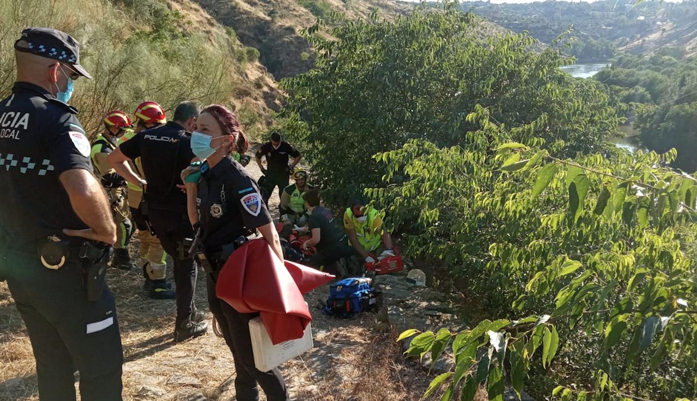 Los servicios sanitarios atienden al hombre que se precipitó por el cerro del Bu, en Toledo.