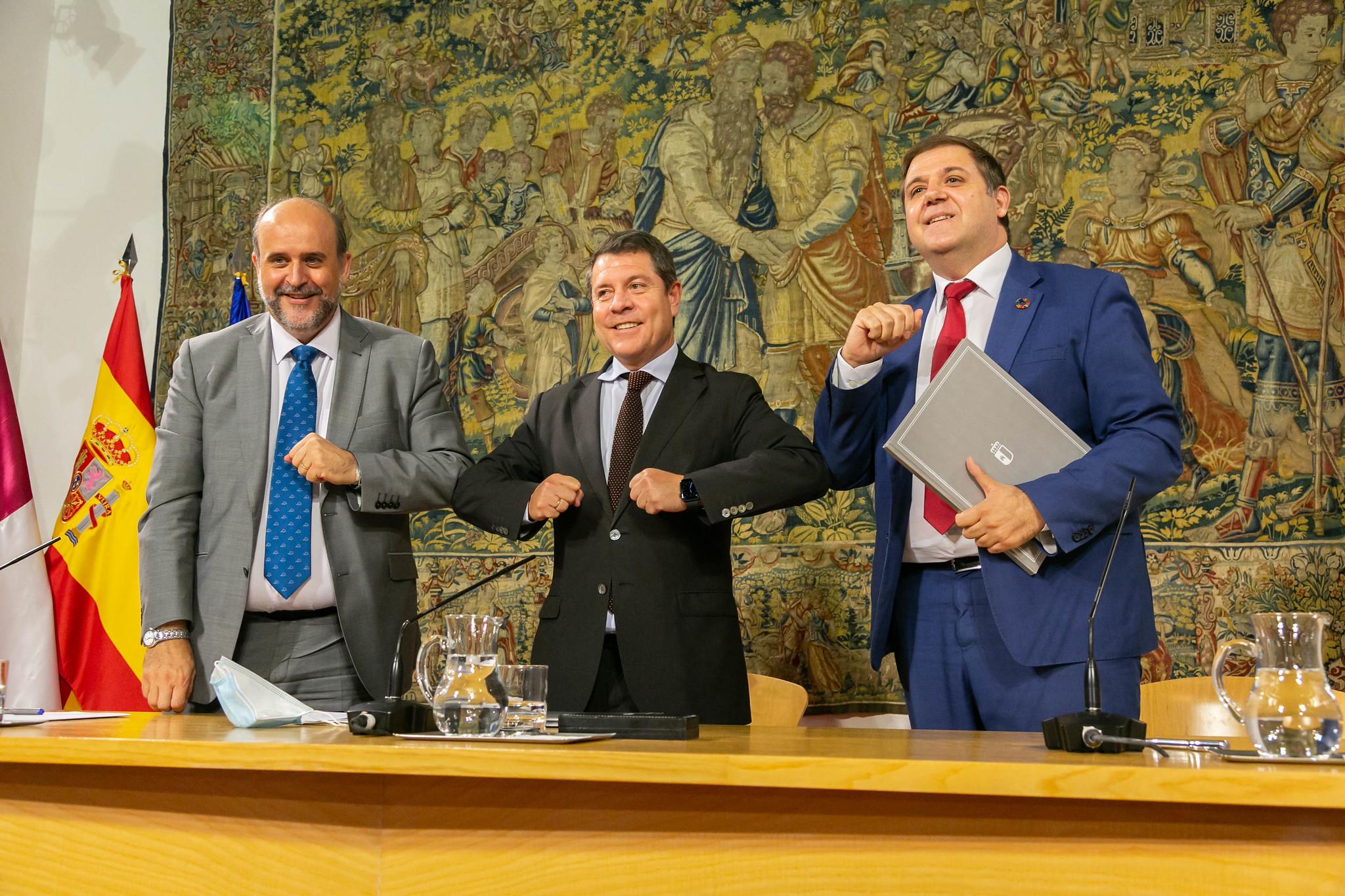 José Luis Martínez Guijarro, Emiliano García-Page y José Manuel Serrano, vicepresidente de CLM, presidente de CLM y director de Correos.