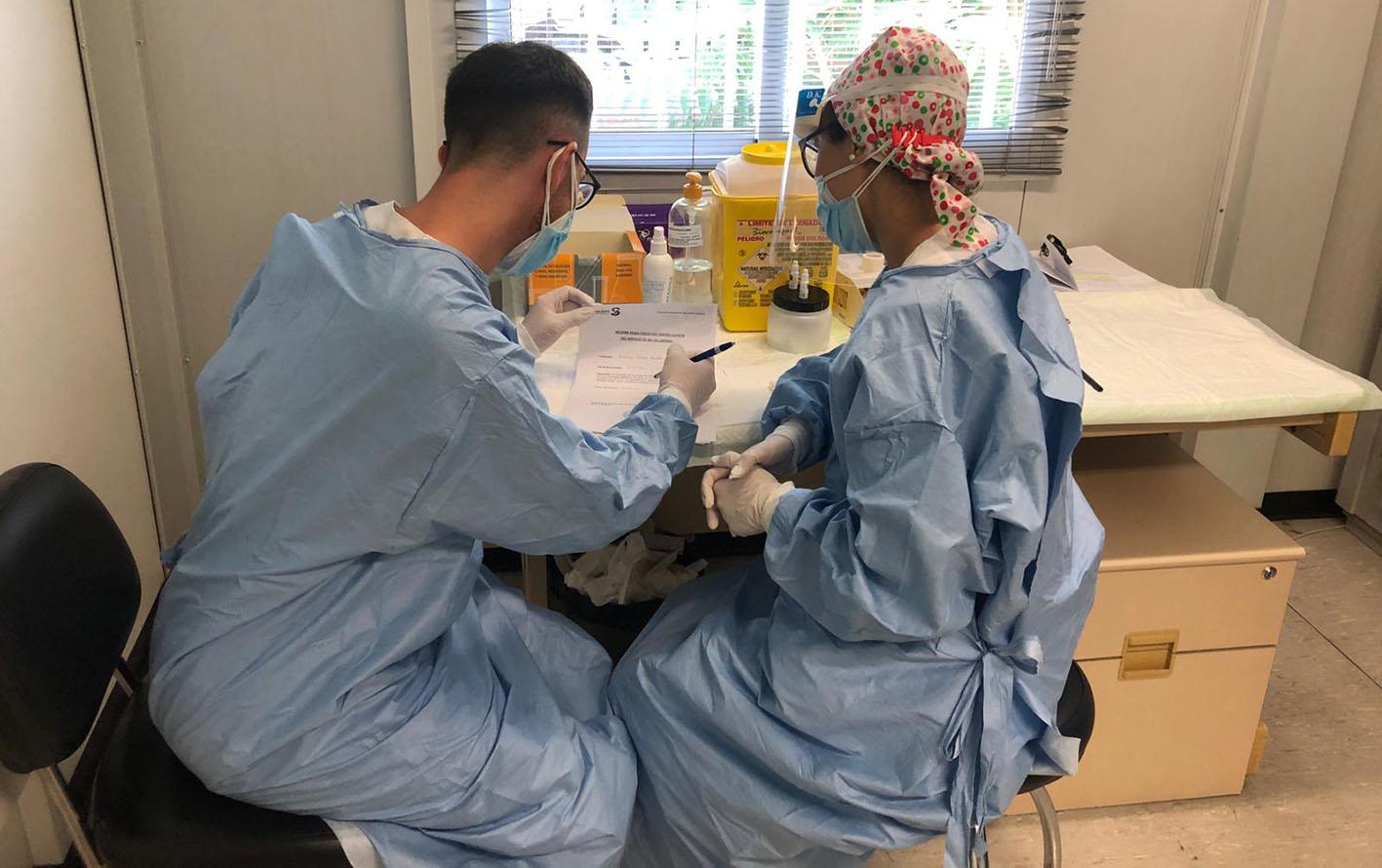 Imagen de archivo de sanitarios realizando pruebas de Covid-19