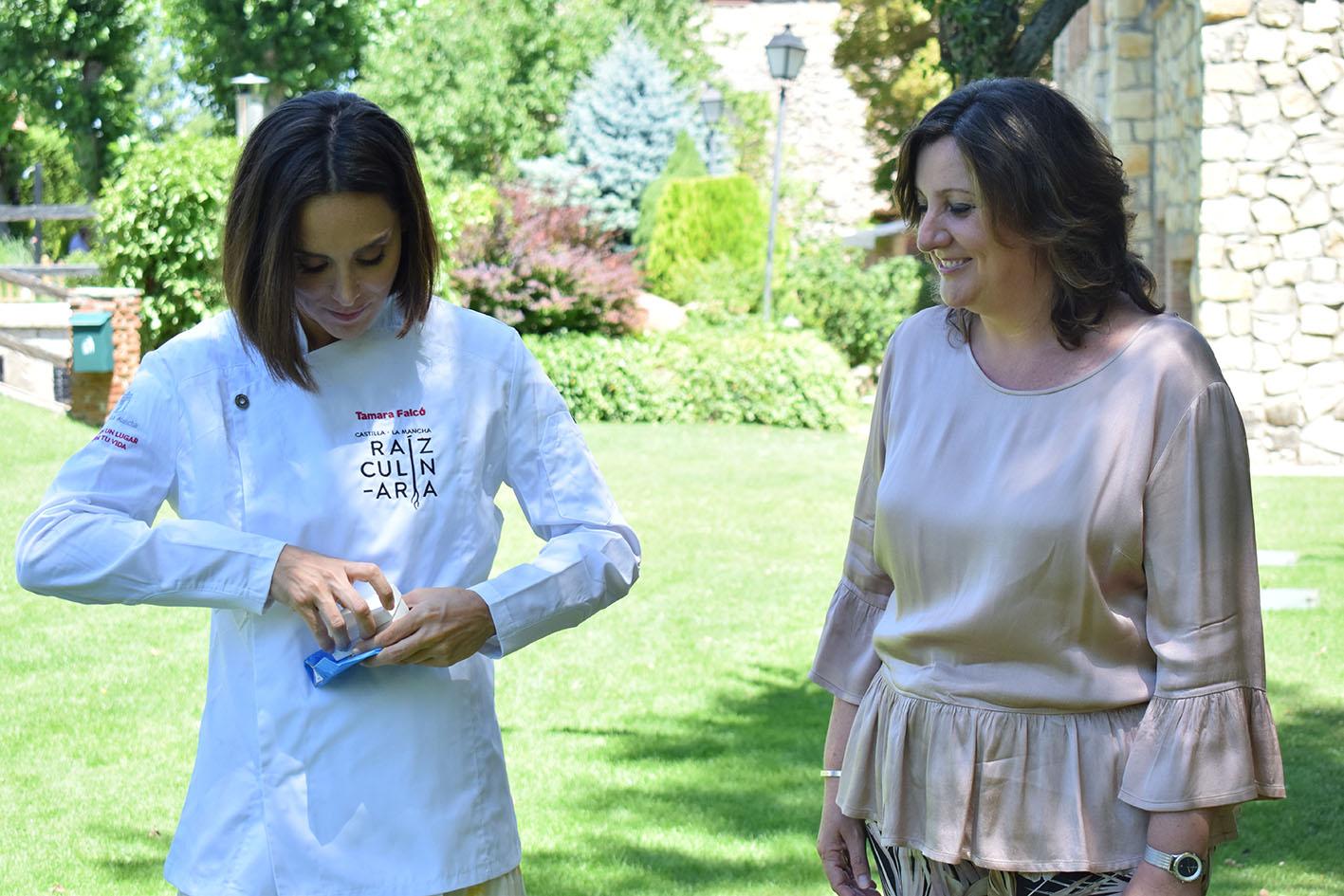 Patricia Franco le regaló una pulsera y un colgante de cerámica de El Puente del Arzobispo.