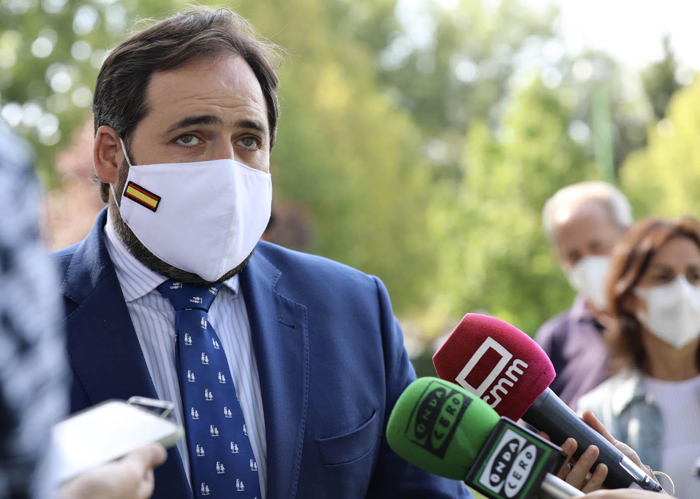 El presidente del PP de Castilla-La Mancha, Paco Núñez, atendiendo a los medios en Cuenca.