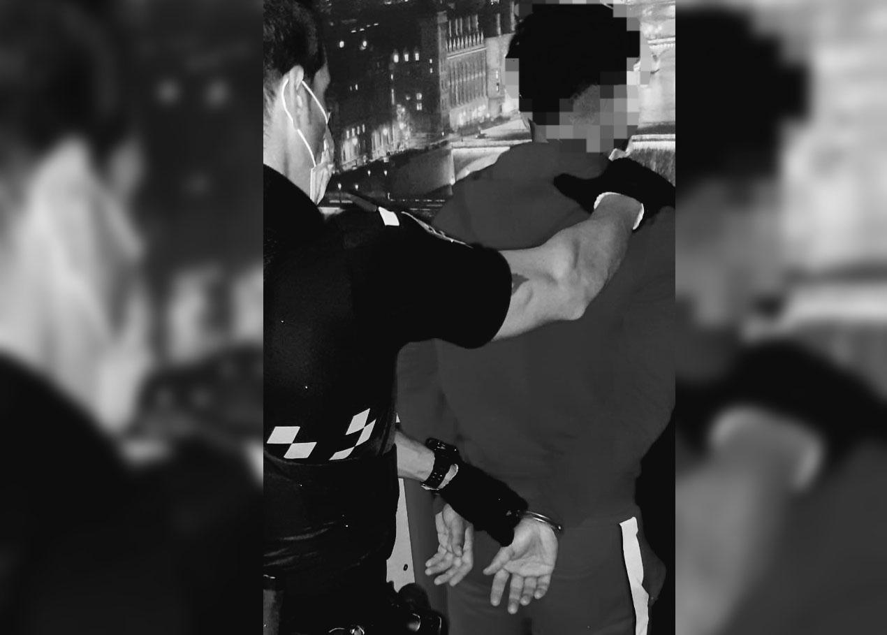 Momento de la detención del joven en un bar de Toledo.