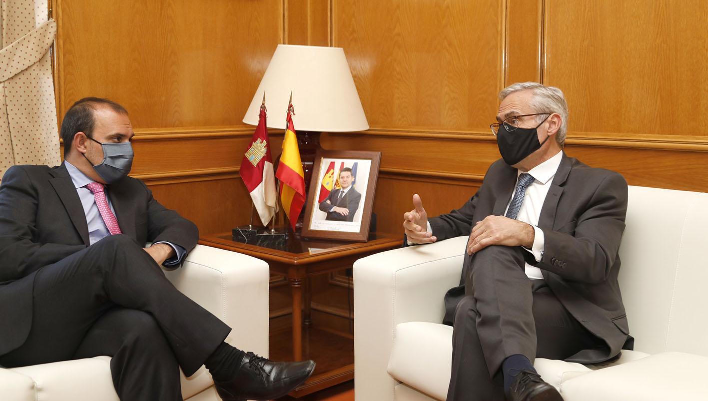 José Martínez, fiscal jefe del Tribunal Superior de Justicia de CLM, a la derecha; junto a Pablo Bellido, presidente de las Cortes de CLM.