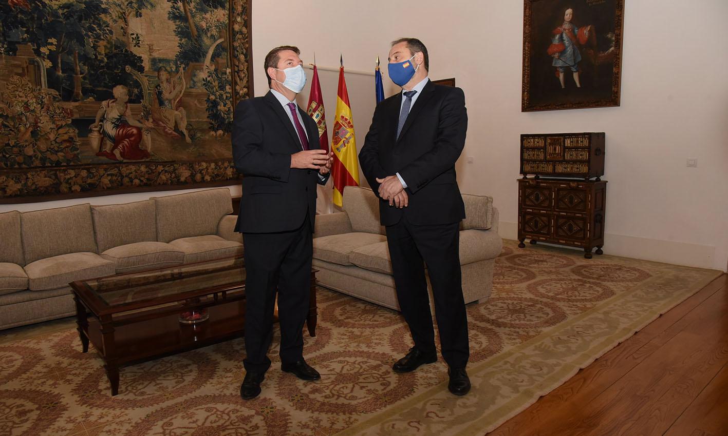 El presidente de Castilla-La Mancha, Emiliano García-Page, y el ministro de Transportes, José Luis Ábalos.