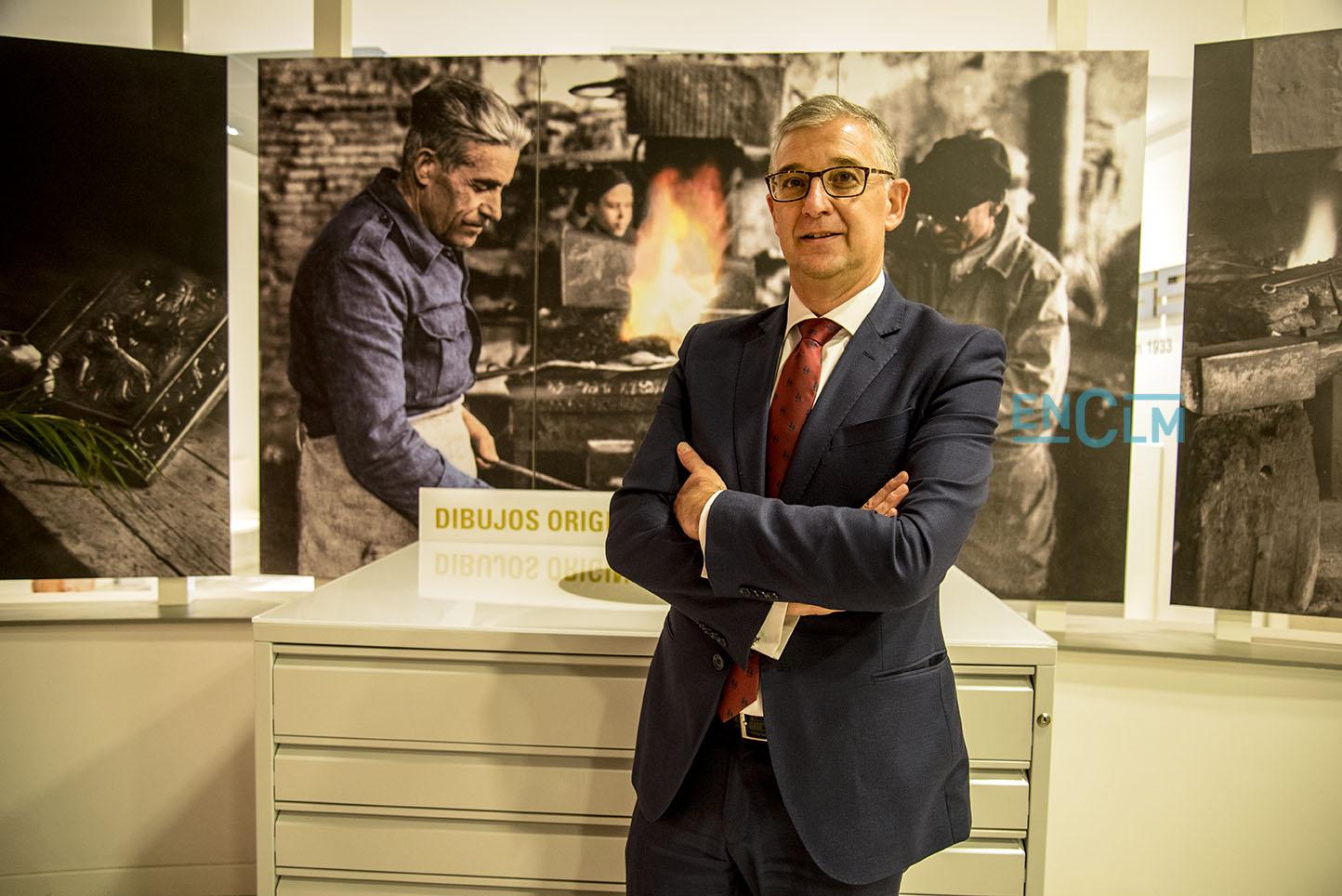 José Javier del Cerro posa ante una fotografía de uno de los socios fundadores de la entidad.
