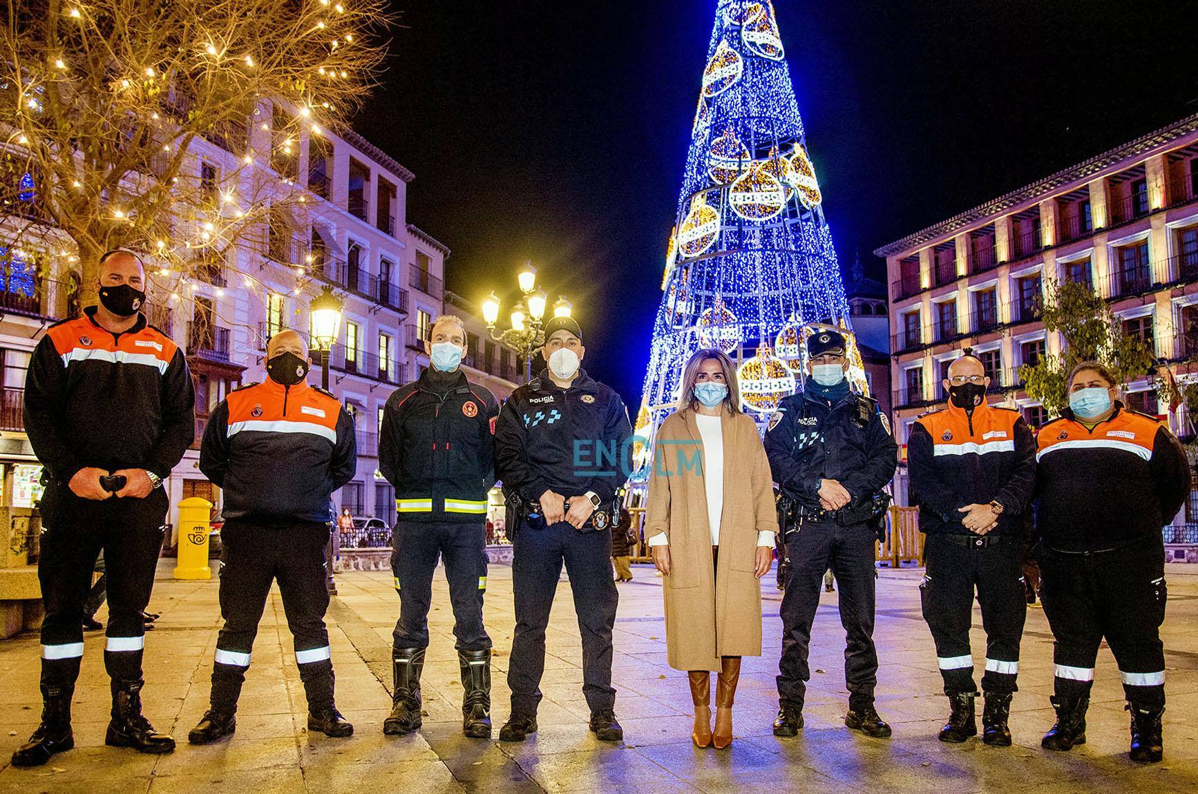 Milagros Tolón, alcaldesa de Toledo, junto a miembros de la Policía Local, Bomberos y Protección Civil.