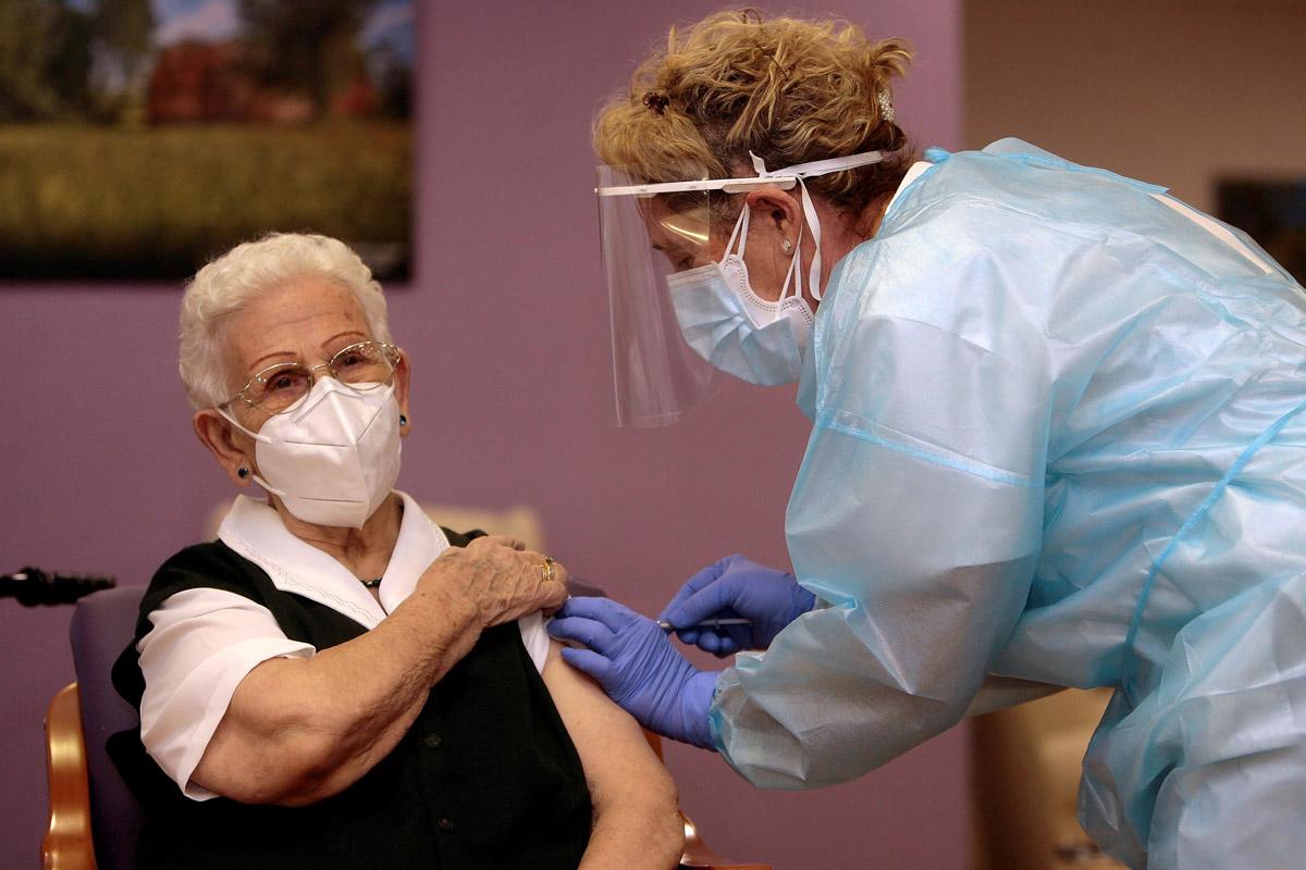 Araceli ha sido la primera persona en recibir la vacuna en España.