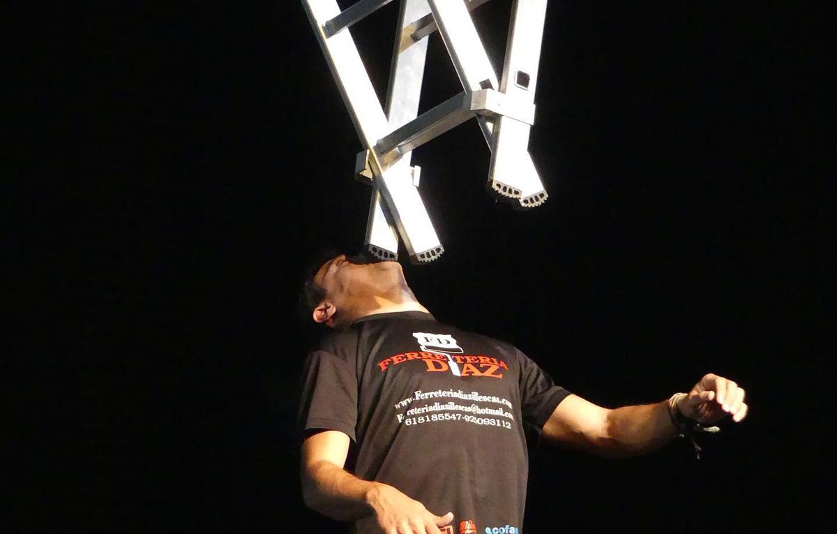 Christian López manteniendo una escalera sobre su barbilla