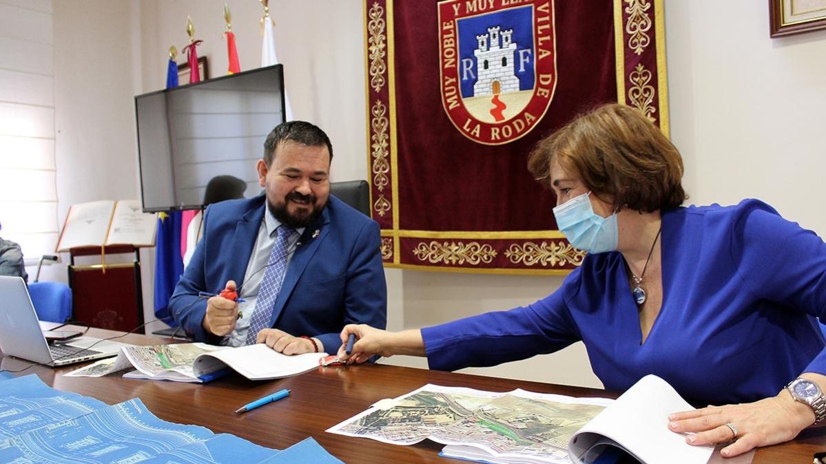 Juan Ramón Amores, alcalde de La Roda, en la entrega de llaves del entorno de la estación
