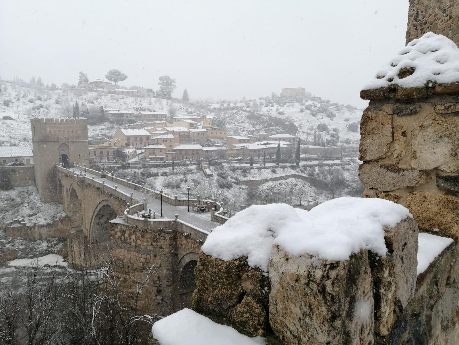 El puente de San Martín, en Toledo, nevado.