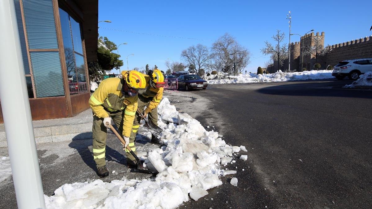 Operarios recogen nieve en el entorno de la Puerta de Bisagra de Toledo