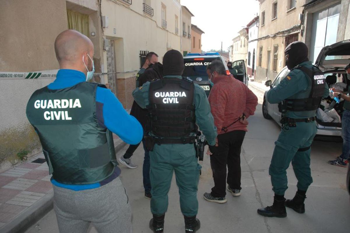 La Guardia civil, deteniendo a los dos hombres. Foto: Guardia Civil