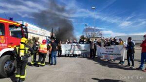 Los Bomberos se han tenido que desplazar para apagar el fuego en Siemens-Gamesa.