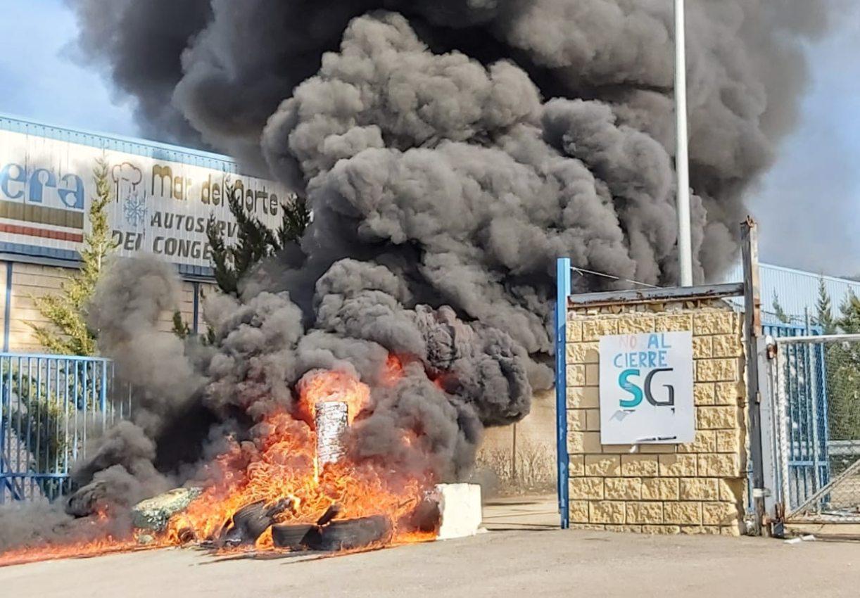 Los trabajadores han prendido una hoguera a las puertas de la factoría de Siemens-Gamesa.