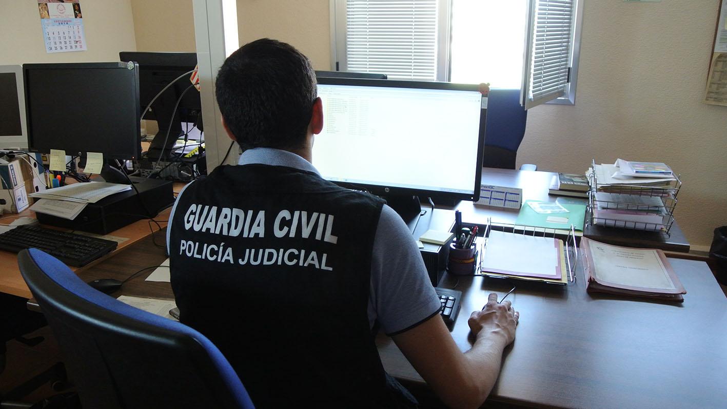 La Guardia Civil ha detenido a la madre del bebé, de 19 años, y ha identificado a su acompañante, de 15 años.