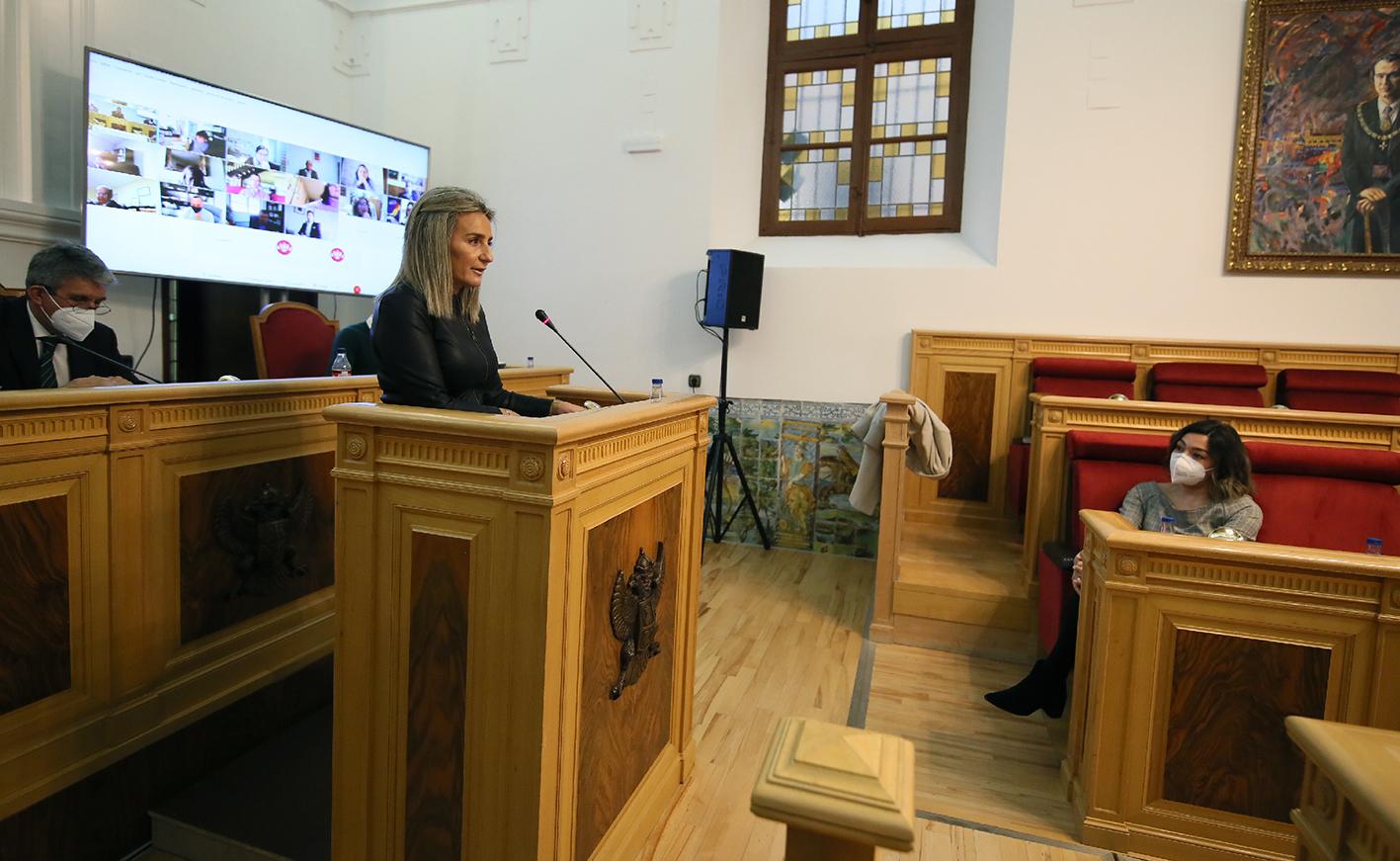 Milagros Tolón, durante su intervención. A la derecha, Claudia Alonso, portavoz del PP.