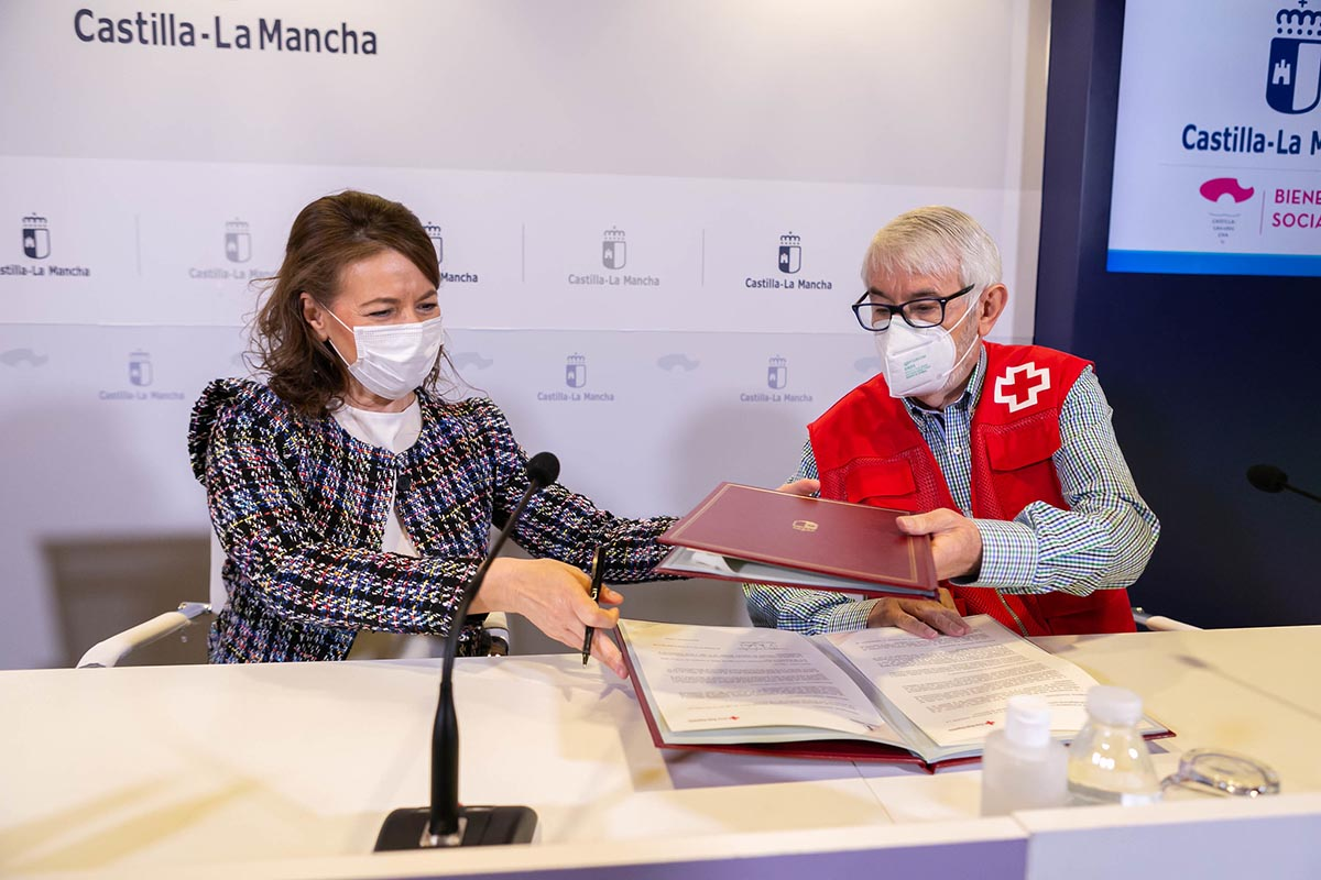 La consejera Aurelia Sánchez, con Jesús Esteban, presidente de Cruz Roja en CLM