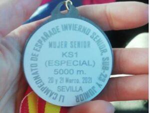 La medalla de plata, en primer término