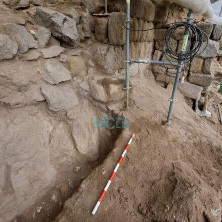 Parte de la muralla omeya ha aparecido en las obras de restauración que lleva a cabo el Ministerio de Cultura en la muralla medieval de la Paseo de Cabestreros.
