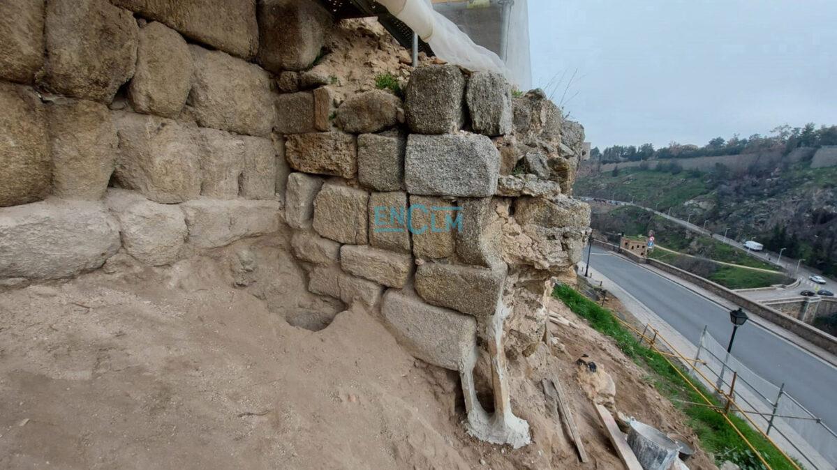 """Unos seis metros de la muralla omeya han aparecido en el Paseo de Cabestreros. Estaban """"ocultos"""" bajo la muralla medieval."""