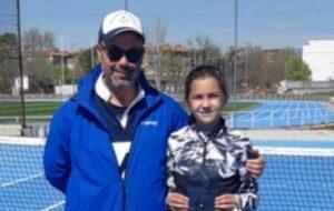 Paco Sánchez, con Marta Ruiz, la campeona del Provincial alevín de tenis