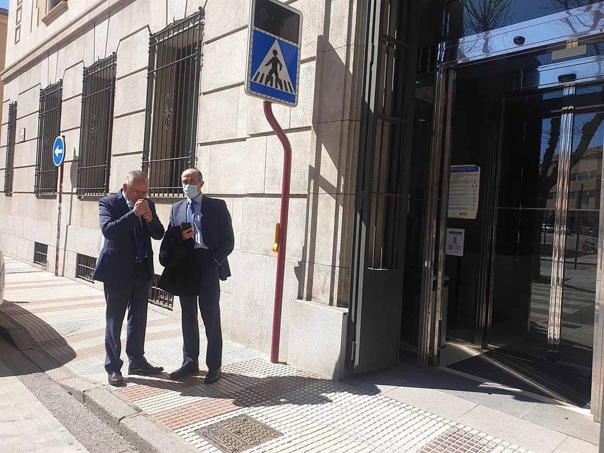 Félix Antolín (izquierda) y el jefe operativo de los GEO, en Guadalajara. Foto: EP