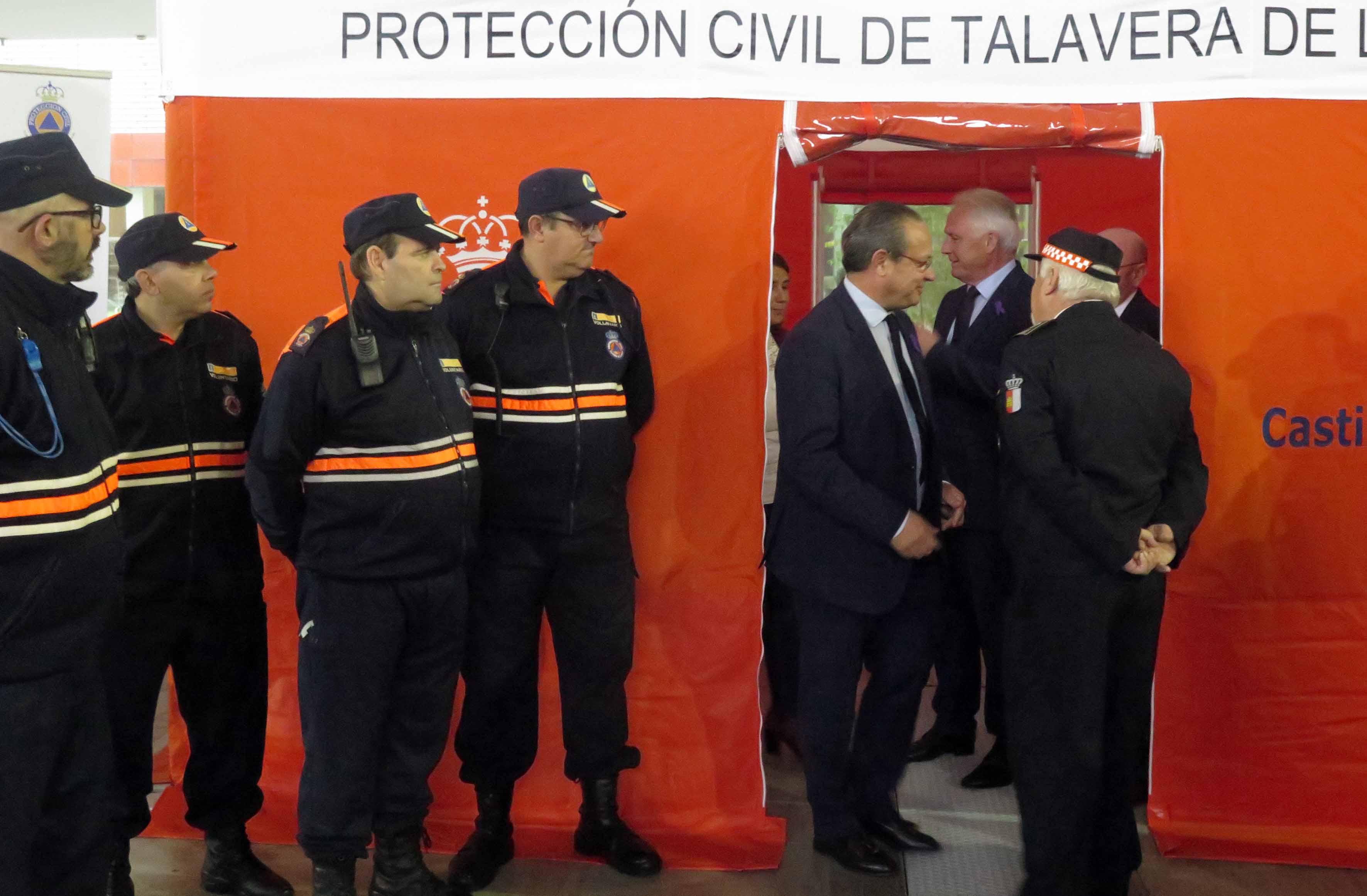 Juan Alfonso Ruiz Molina, junto con miembros de Protección Civil de Talavera.