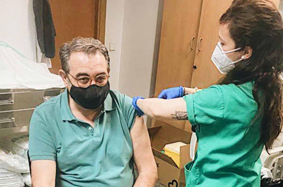 El consejero de Sanidad, en el momento de ser vacunado en el Hospital de Ciudad Real