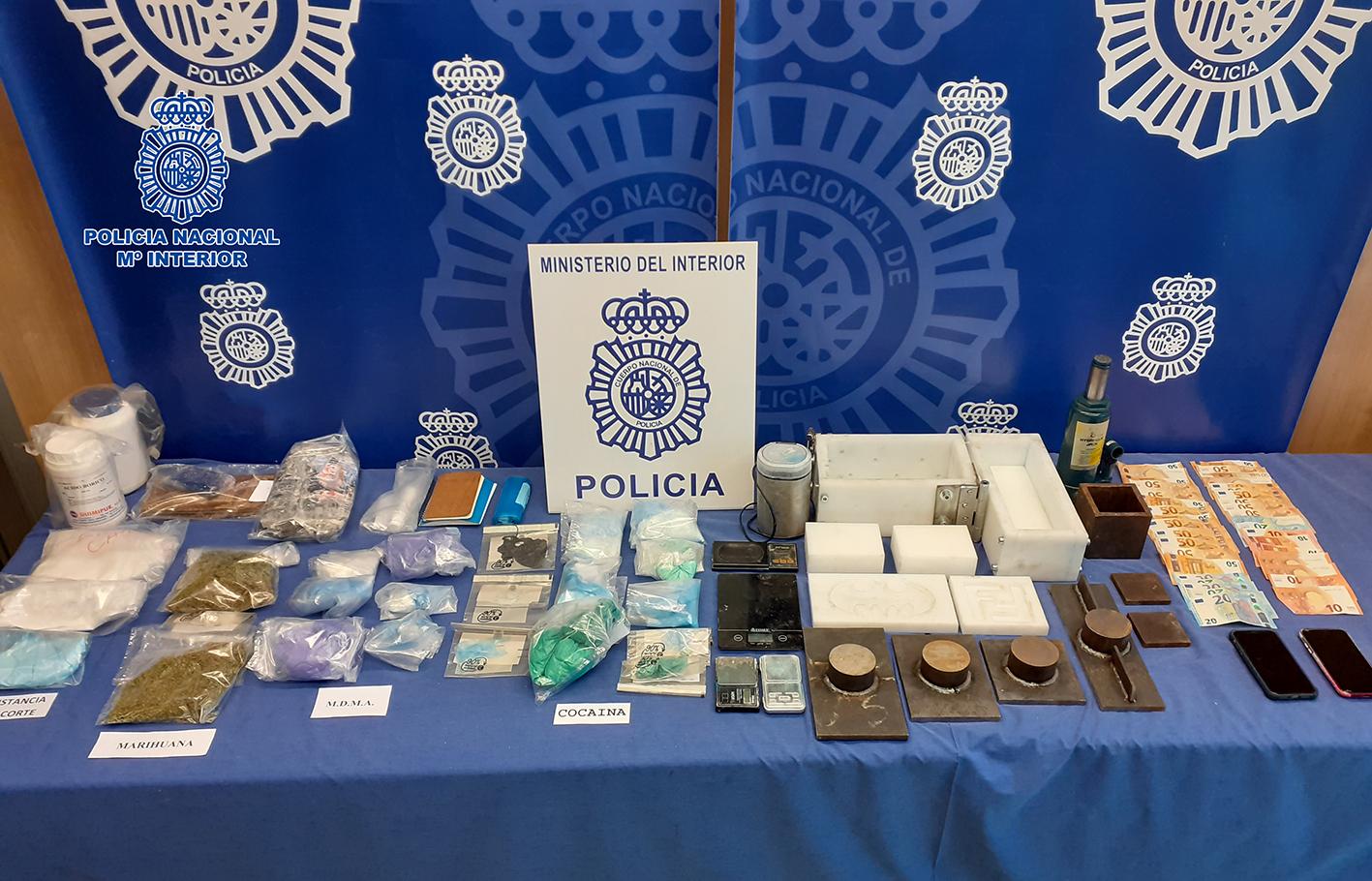 Parte de los objetos y las drogas incautadas.
