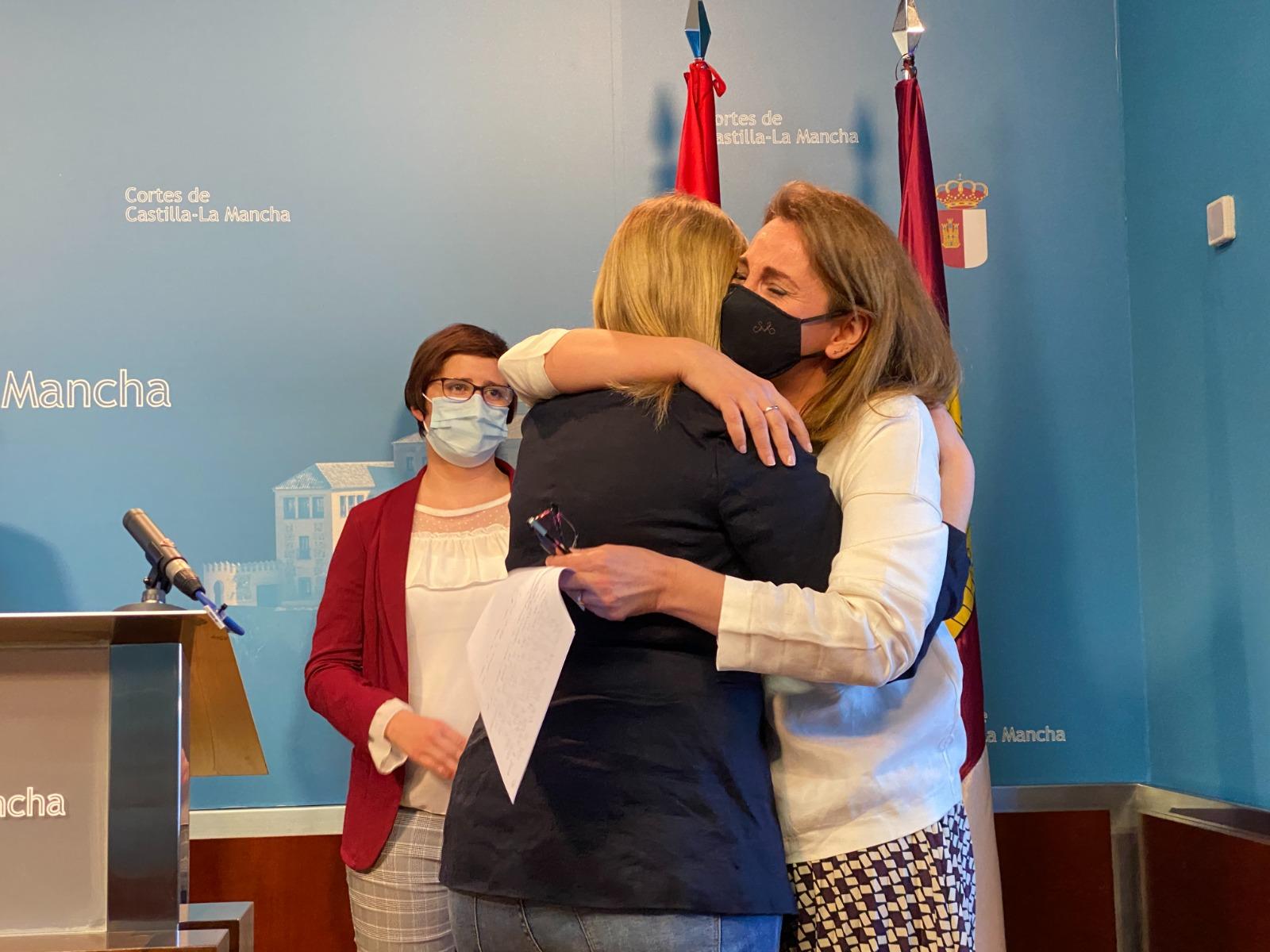 Abrazo entre Úrsula López y Carmen Picazo tras la renuncia de la diputada por Ciudad Real.