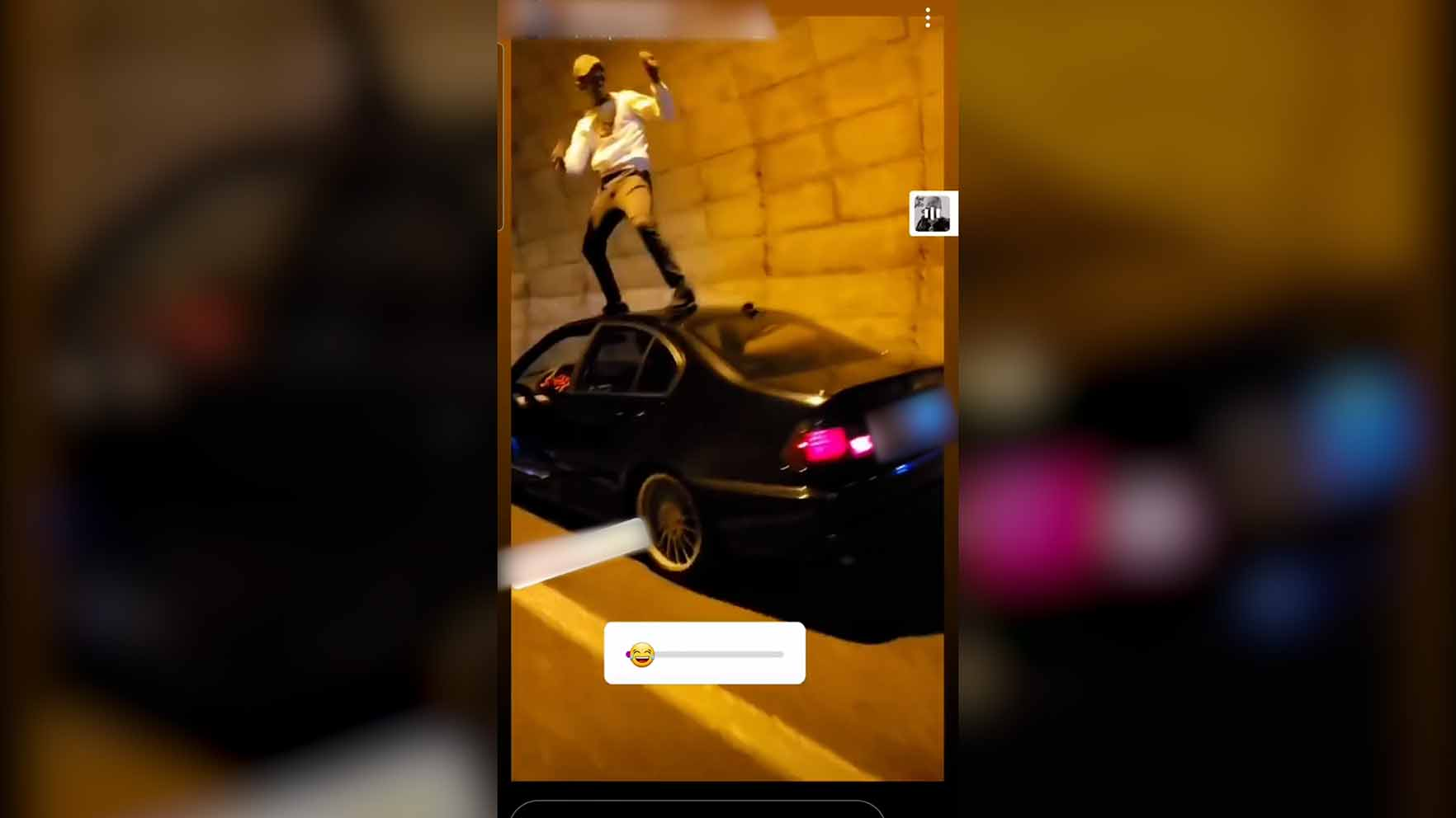 Imagen del joven sobre su coche bailando.