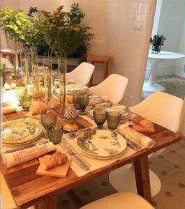 La mesa que propone Tomás Alía, con cerámica de Talavera y labores de Lagartera.
