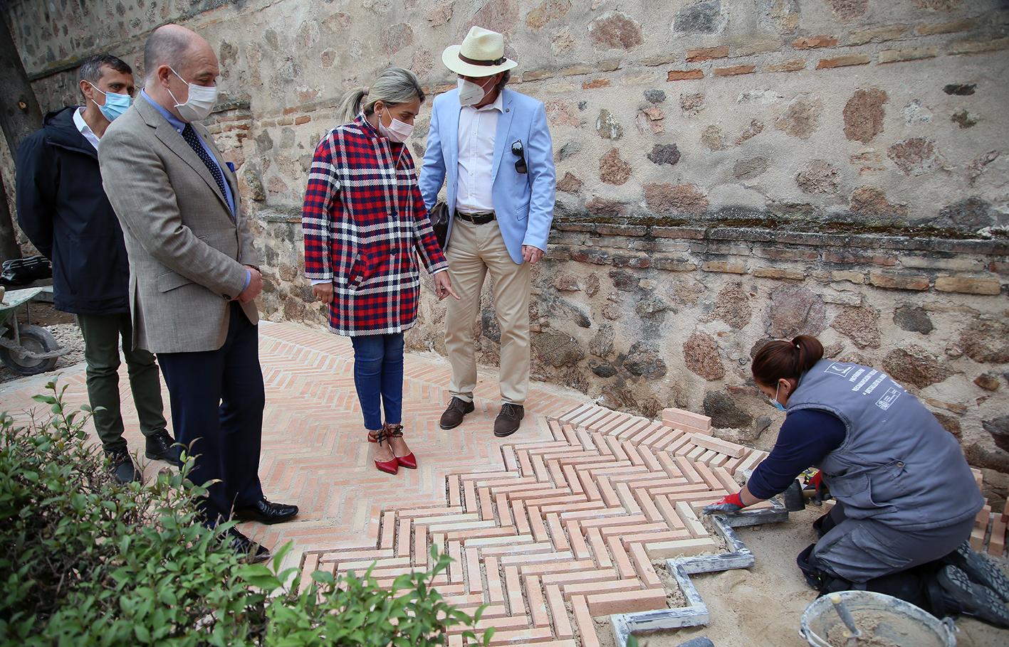 Tolón, alcaldesa de Toledo, durante su visita a los talleres de empleo de los jardines de Alfonso VI.