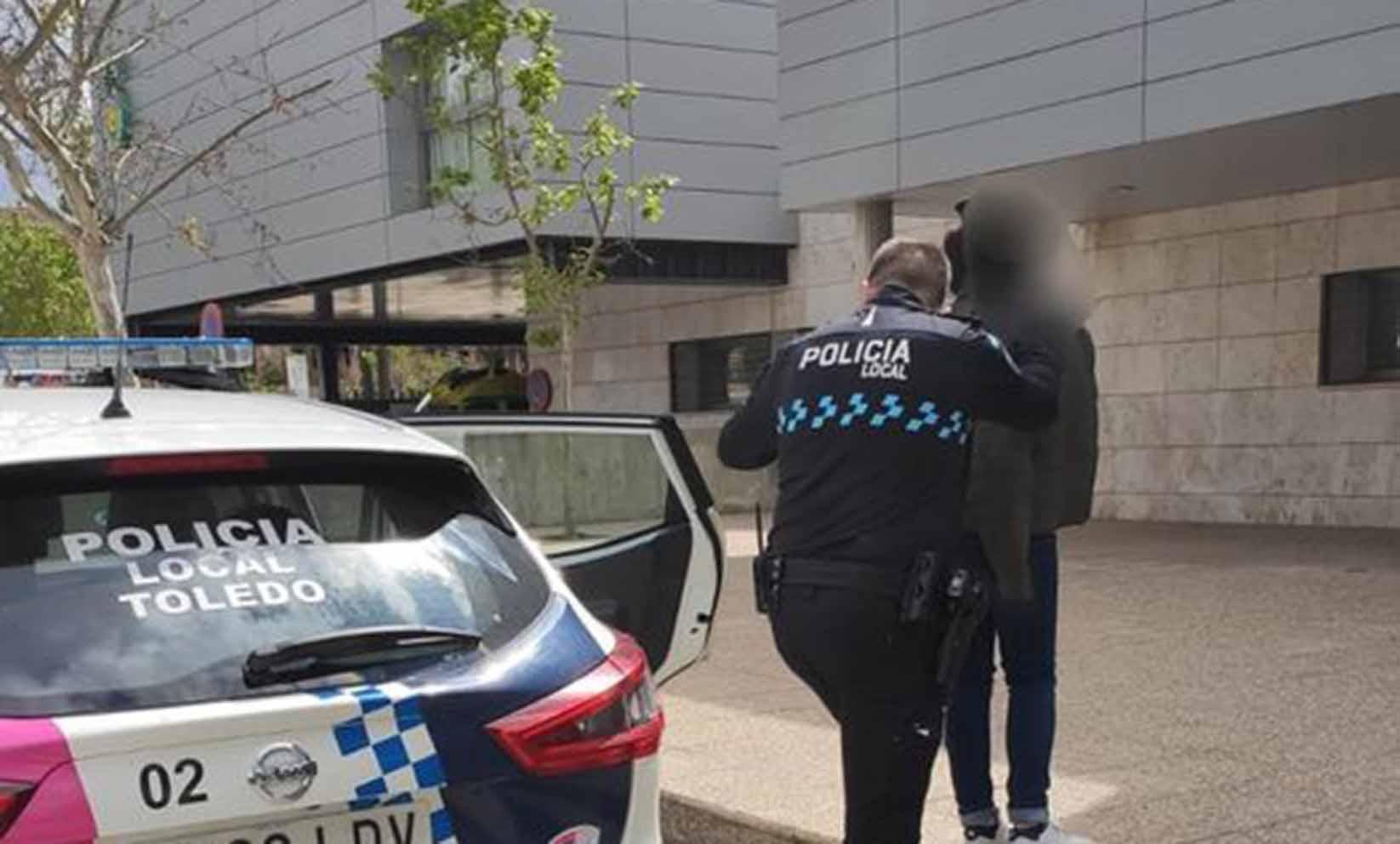 Momento de la detención de la mujer por la presunta agresión a su marido. agresión en Toledo