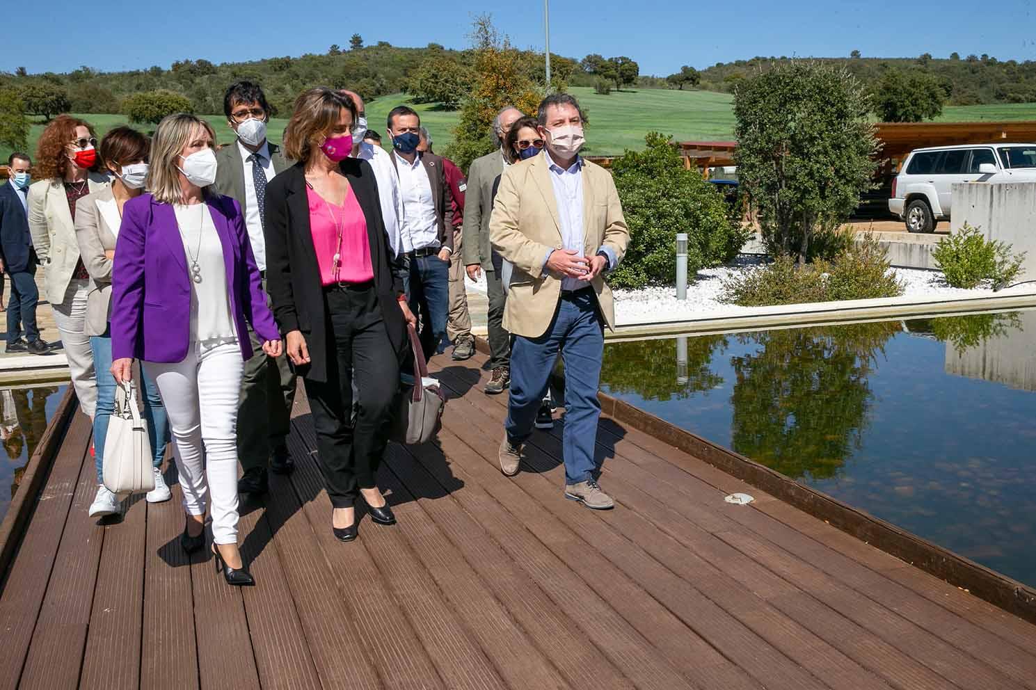 La vicepresidenta de Transición Ecológica, Teresa Ribera, y el presidente de Castilla-La Mancha, Emiliano García-Page, en su visita a Cabañeros.