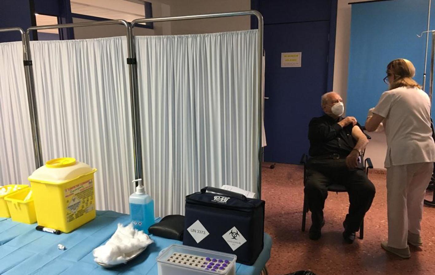 Vacunación a un mayor de 80 años en la provincia de Albacete.