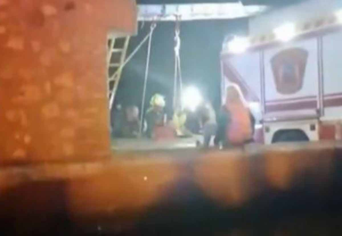 Un momento del rescate de los dos menores que se cayeron a un pozo en Nambroca