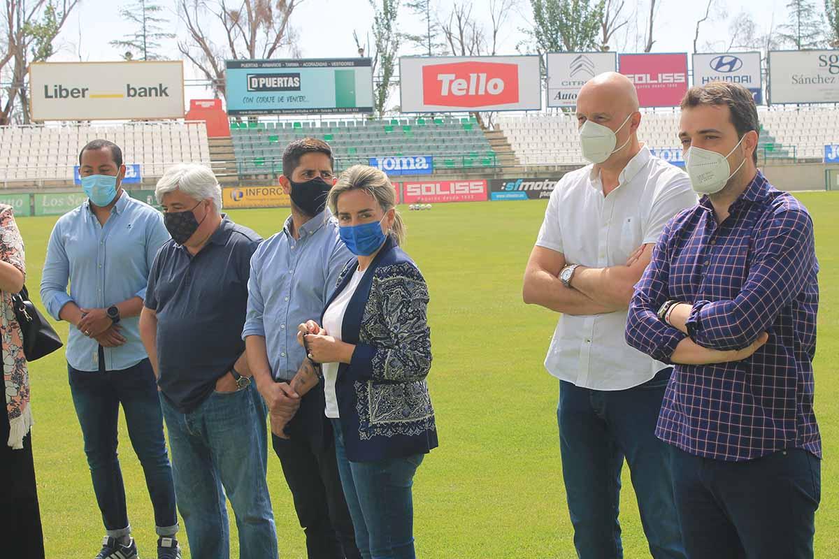 Milagros Tolón visitó el entrenamiento del Toledo para animar al club y su entorno