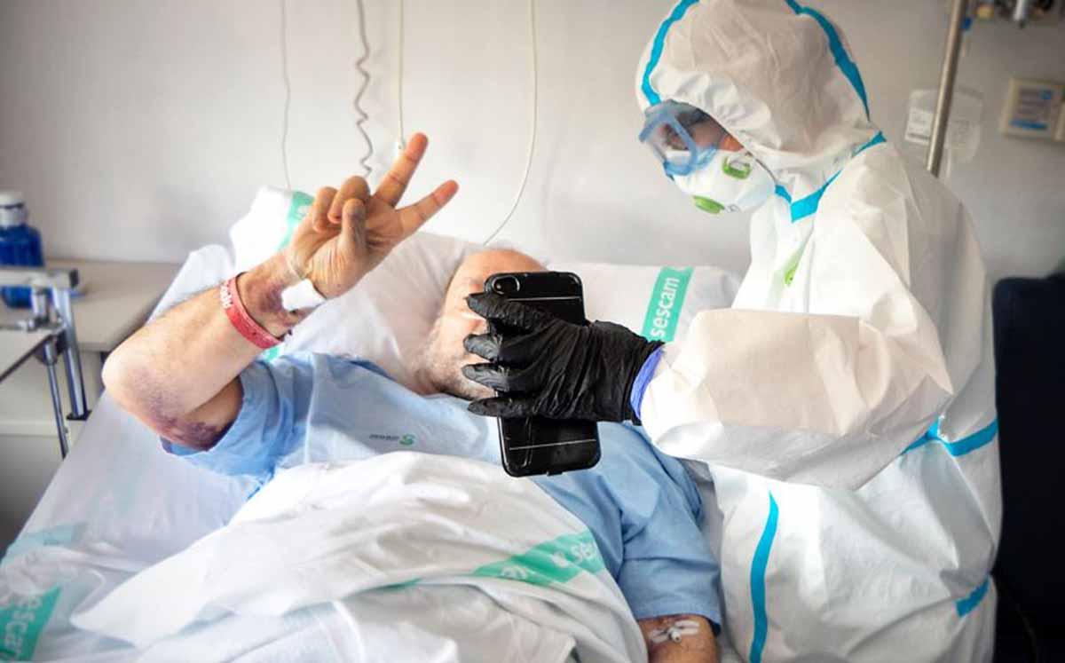 """Un paciente, ingresado en el hospital de Guadalajara, hizo la """"v"""" de victoria con los dedos de una mano"""