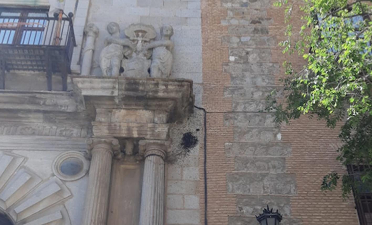 Las abejas se han empotrado en la fachada del Palacio Arzobispal, en Toledo.