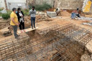 Ana Muñoz, viceconsejera de Cultura, viendo las bóvedas descubiertas.