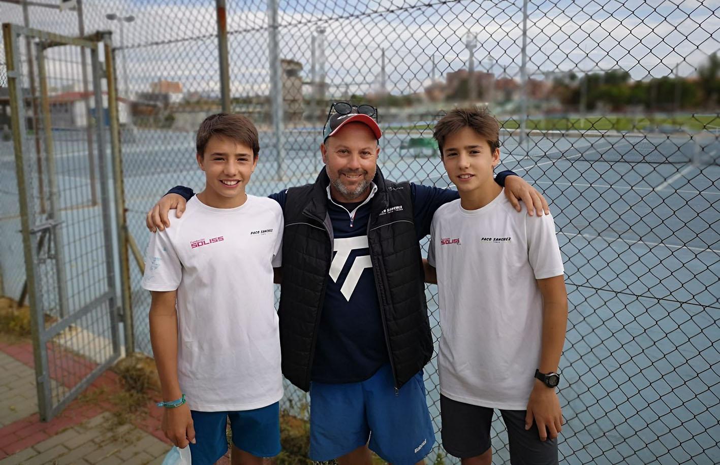 Los hermanos Carrascosa, junto a Paco, su entrenador.