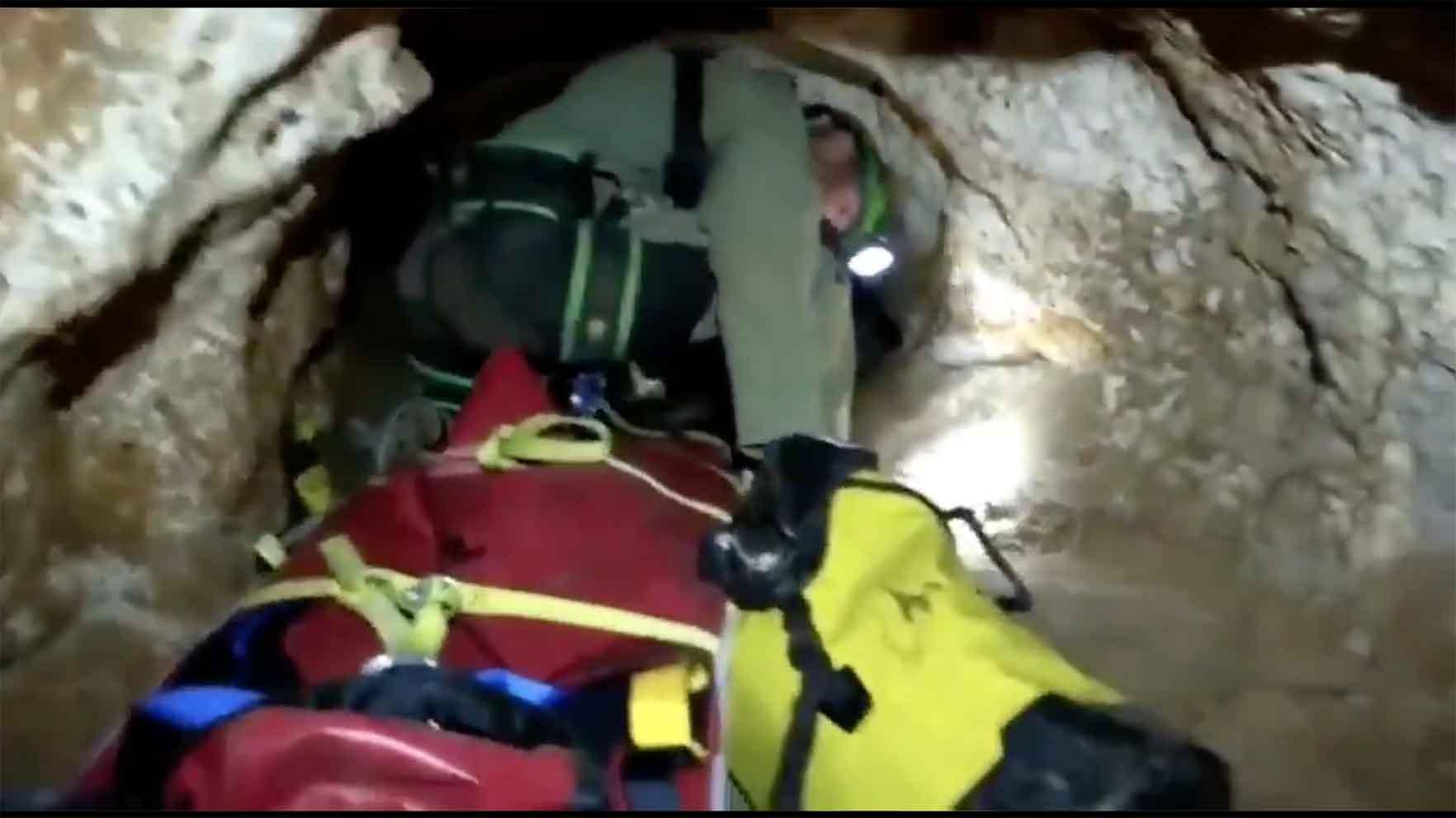 Por estrechas galerías tuvieron que acceder los equipos de rescate hasta alcanzar el cuerpo sin vida del espeleólogo.