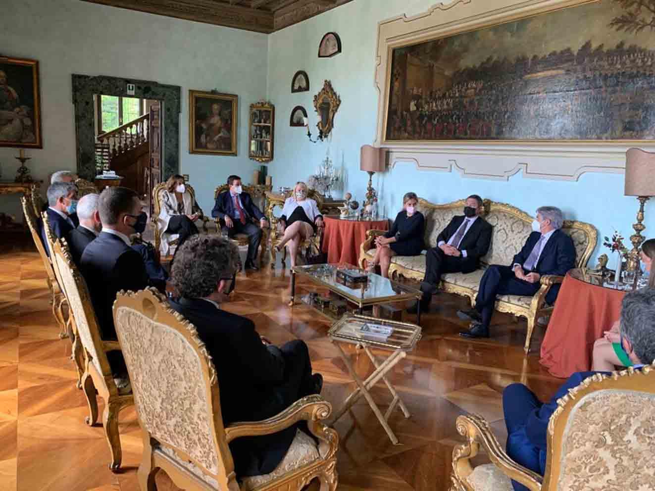 Reunión entre representante de Castilla-La Mancha y Toledo con empresarios del sector turístico en Italia.