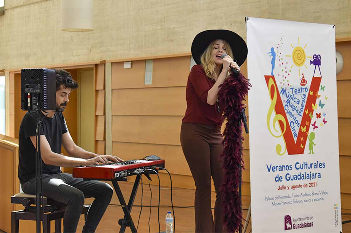 La presentación del verano cultural de Guadalajara corrió a cargo de Eva Ryjlen