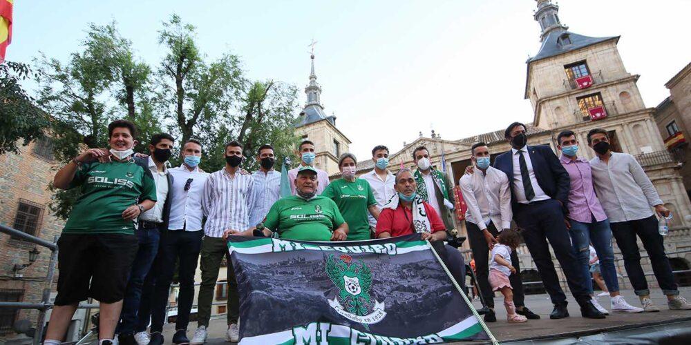 El CD Toledo posó con Tolón en la plaza del Ayuntamiento.