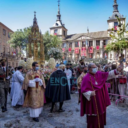Una de las novedades de este año ha sido el sentido inverso por el que la Custodia ha paseado por las calles de Toledo, en esta reducida procesión del Corpus.