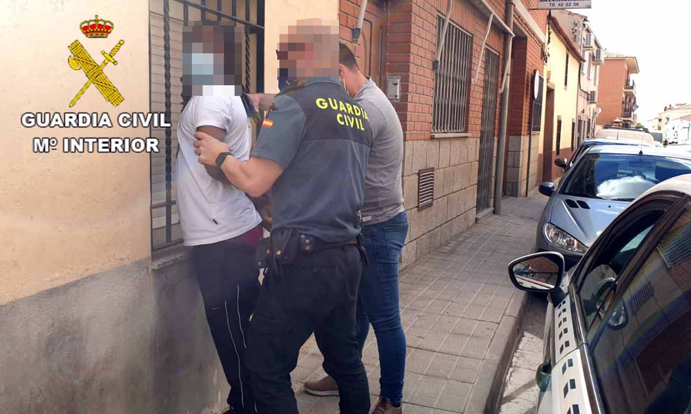 Momento de la detención de uno de los supuestos cuatro participantes en el atraco en Menasalbas.