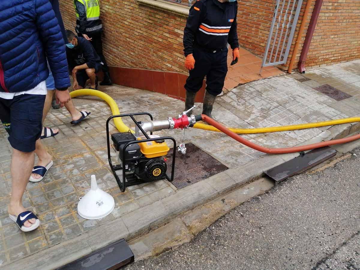 Efectivos de Protección Civil achican agua tras la tormenta en Tomelloso. Foto: PC de Alcázar de San Juan